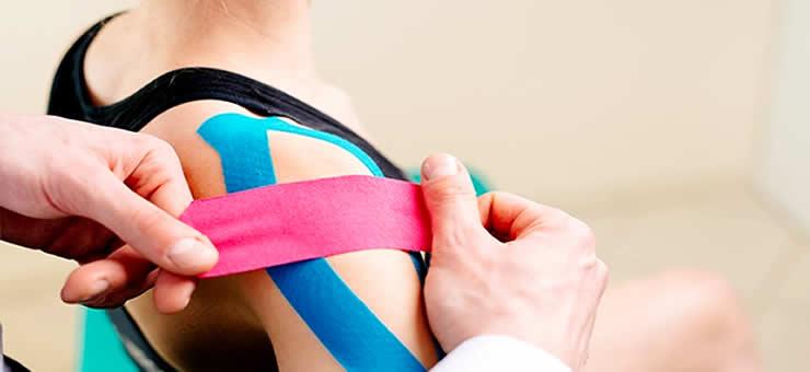taping-kinesiologico - Taping Elastico - Cerotti Muscolari - Nastri - Corsi di Taping Elastico. Il taping è un bendaggio che serve a favorire la meccanica del gesto atletico, attraverso una stimolazione neuromuscolare che agisce sulla circolazione sanguigna e il sistema linfatico.